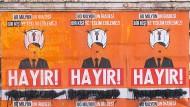 """""""Hayir!"""", Nein!"""" zu Erdogans Referendum über eine Verfassungsänderung, steht auf diesen Plakaten in Istanbul, die den Präsidenten mit Sultanshut und Hitlerbart zeigen."""