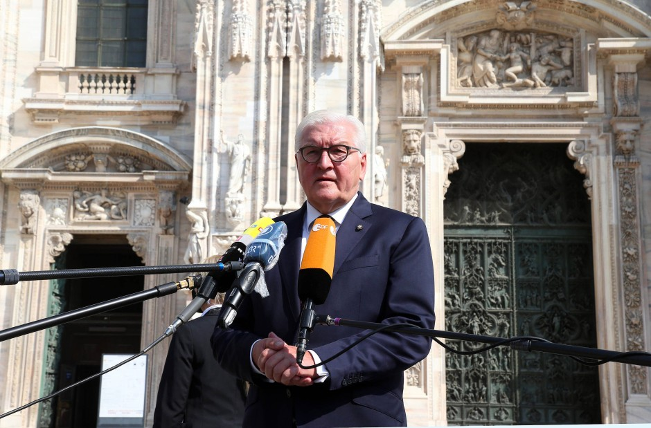 Frank-Walter Steimeier vor dem Mailänder Dom, in dem er für die Corona-Opfer eine Kerze entzündet hatte.