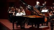 Außer sich: Lucas Debargue und die Russische Nationalphilharmonie unter der Leitung von Wladimir Spiwakow im Großen Saal der Alten Oper Frankfurt.