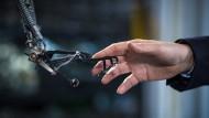 """Hand in Hand: Szene aus """"Schöne neue Welt - Wie Silicon Valley unsere Zukunft bestimmt"""""""
