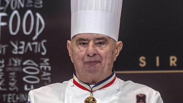 Star koch paul bocuse aus frankreich wird 90 for Koch verdienst