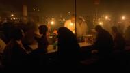 """Man nennt ihn auch """"Versammlung der Toten"""": Nächtliche Szene am Platz der Gehenkten in Marrakesch, einem Schauplatz in Tomás Bárbulos Debütroman."""