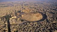 """""""Soldaten, Jahrtausende blicken euch an"""": Die Truppen Napoleons hatten während dessen Orientfeldzugs die fremde Kultur zu achten. Die syrischen Soldaten und die Aufständischen aber zerstören ihre eigene Kultur, so wie die jahrtausendealte Zitadelle von Aleppo"""