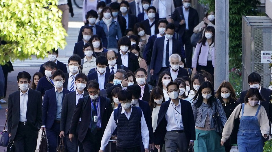 Wer nimmt sich schon selbst als Gefahr wahr? Tokioter Arbeitnehmer tragen Masken im morgendlichen Berufsverkehr.