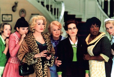 """Einmal nur eine unter vielen: Danielle Darrieux (Vierte von links) und sechs weitere der """"Acht Frauen"""" von Francois Ozon (2002)."""