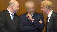 Aiman O. (MItte) mit seinen Anwälten vor Gericht