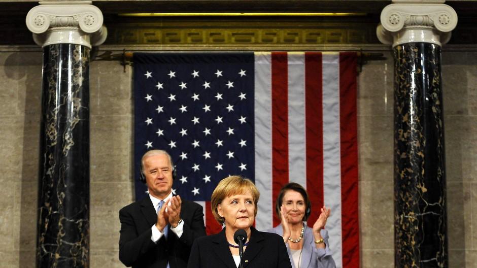 Applaus für die Kanzlerin: Merkel 2009 im Kapitol in Washington, dahinter Biden und Pelosi.