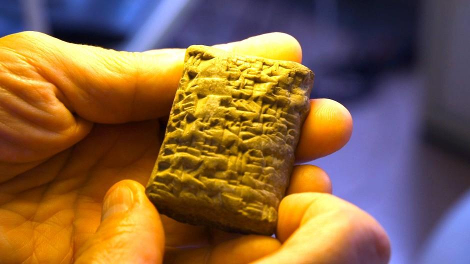 Ein Brief aus dem Altertum: Stephan Maul liest eine Tontafel mit Keilschrift aus dem Alten Orient.