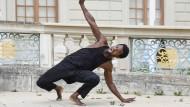 """Edivaldo Erneso bei der Tanzperformance zu """"I can't breathe"""" von Georg Friedrich Haas."""