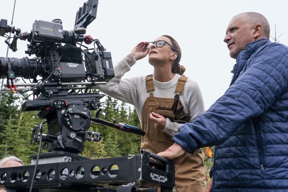 """""""Was mich am Regieführen geradezu süchtig macht, ist dieser Fluss kreativer Energie in einem Team"""", sagt Robin Wright – hier mit dem Kameramann beim Dreh ihres Spielfilmdebüts."""