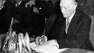 Konrad Adenauer, bei der Unterzeichnung des Grundgesetzes am 23. Mai 1949 genau um 17 Uhr in Bonn.