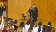 Die neuseeländische Premierministerin Jacinda Ardern spricht vor Schülern in Christchurch über das Attentat in der Moschee.