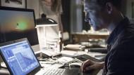 Für Lukas Franke (Matthias Schweighöfer) war die Welt in Ordnung, bis ein Hacker sich seiner Identität bemächtigte. Nun gerät alles aus den Fugen.