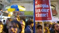 Die Plakate erinnern an Mai 1968: Proteste im Zuccotti-Park
