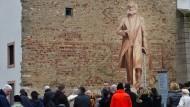 In Trier entsteht bald eine neue Bronzeskulptur (hier als hölzerner Schattenriss), die an Karl Marx erinnern soll.