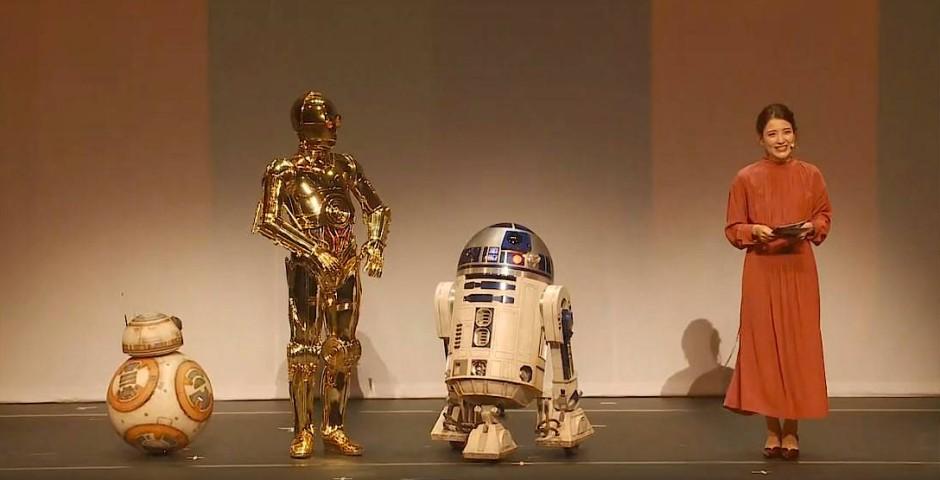 Vorstellung mit Rasselbande: Die Nippon-TV-Moderatorin Mika Oguma moderiert das Spektakel mithilfe der Droiden (v.l.) BB-8, C3PO und R2D2 an.