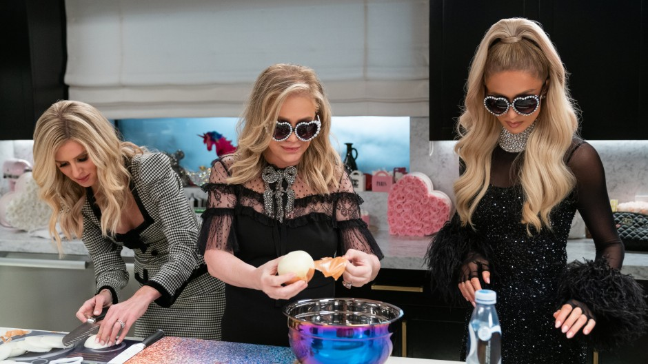 Zum Zwiebelschneiden braucht man glamouröse Sonnenbrillen: Schwester Nicky Hilton Rothschild und Mutter  Kathy Hilton kochen mit Paris.