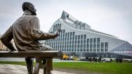 Er wacht über die lettische Nationalbibliothek in Riga, die im Volksmund Lichtschloss genannt wird: Der Dichter, Dramatiker und Politiker Rainis