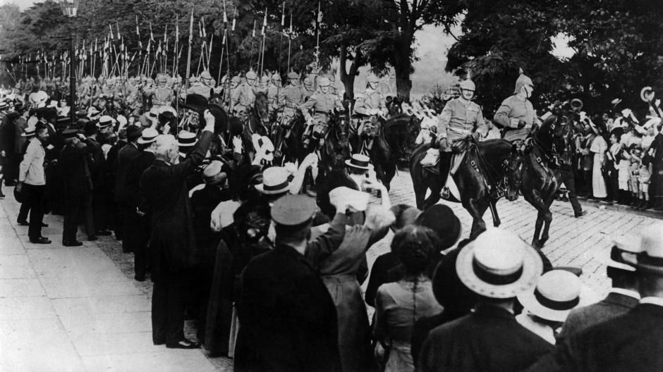Die Kavallerie reitet aus. Auch 1914 jubelten die Leute vielerorts nur für die Kameras.