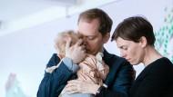 """Traum erfüllt? Im Fernsehfilm """"Wunschkinder"""" halten Peter (Godehard Giese) und Marie (Victoria Mayer) Nina (Urszula) im Arm."""