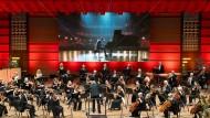 Dann eben per Video: Der Pianist Vikingur Ólafsson und das Bergener Philharmonische Orchester unter der Leitung von Edward Gardner