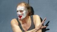 """Edgar Selge im Februar 2016 in der Hamburger Bühnenfassung des Romans """"Unterwerfung"""" von Michel Houellebecq"""