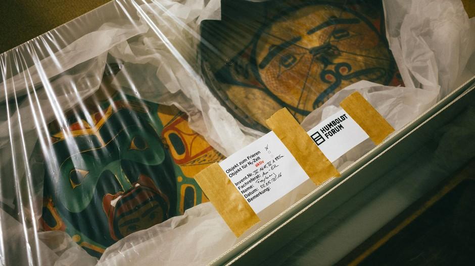 Objekte werden für den Umzug ins Humboldt-Forum vorbereitet.