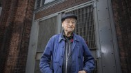 Jonas Mekas vor den Türen der Anthology Film Archives in New York City