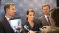 Fast wie im richtigen Leben: Politiker der Fernseh-Partei Neue Patrioten (Benjamin Braun, Anja Kling, Patrick von Blume) vor der Presse