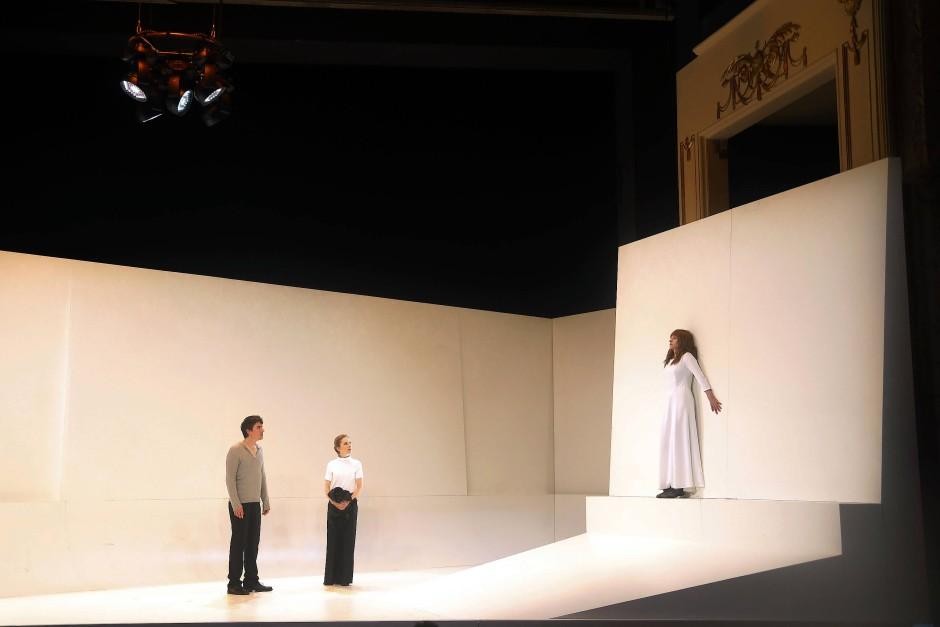 Zwei Königskinder, die nicht zueinander kommen: Alexander Khuon als Hippolyt und Linn Reusse als Aricia (an der Wand). Dazwischen steht Kathleen Morgeneyer als Phädra-Einflüsterin Oenone.