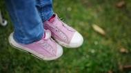 Stecken Mädchen- oder Jungenfüße in den rosafarbenen Schuhen? Könnte egal sein, sorgt aber schnell für Diskussionen.