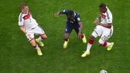 In die Zange genommen: Gegen Schweinsteiger und Boateng kann Frankreichs Blaise Matuidi wenig ausrichten.