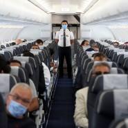 In der Pandemie ist das Flugzeug für viele Menschen endgültig zum Angstraum geworden. Dass liegt auch an Sicherheitsvorkehrungen wie der Mund-Nasen-Bedeckung, die die Passagiere stundenlang tragen müssen.