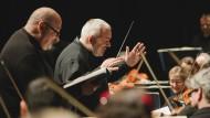 Marc Minkowski dirigiert den Konzertsaal in Richtung Studierzimmer.