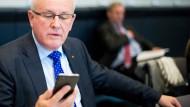 Ginge es nach ihm, müsste man die Anbieter verpflichten können, IP-Adressen mutmaßlicher Rechtsbrecher herauszugeben: Volker Kauder (CDU), Fraktionsvorsitzender der Unionsfraktion.