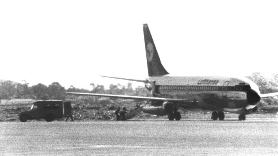 """Das am 13. Oktober 1977 entführte Flugzeug """"Landshut"""" nach Landung in Mogadischu, Somalia. Ein Bild, das sich ins kollektive Gedächtnis einbrannte."""