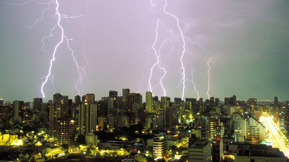 Über der Hauptstadt Argentiniens hat sich was zusammengebraut: Buenos Aires im nächtlichen Gewitter.