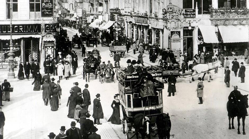 Damals war Berlin auf dem Weg zur Weltstadt: Blick auf die Kreuzung Friedrichstraße/Unter den Linden um 1900