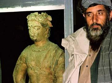 Bilderstürmer bei der Arbeit: Taliban mit Buddha-Statue aus dem Nationalmuseum in Kabul