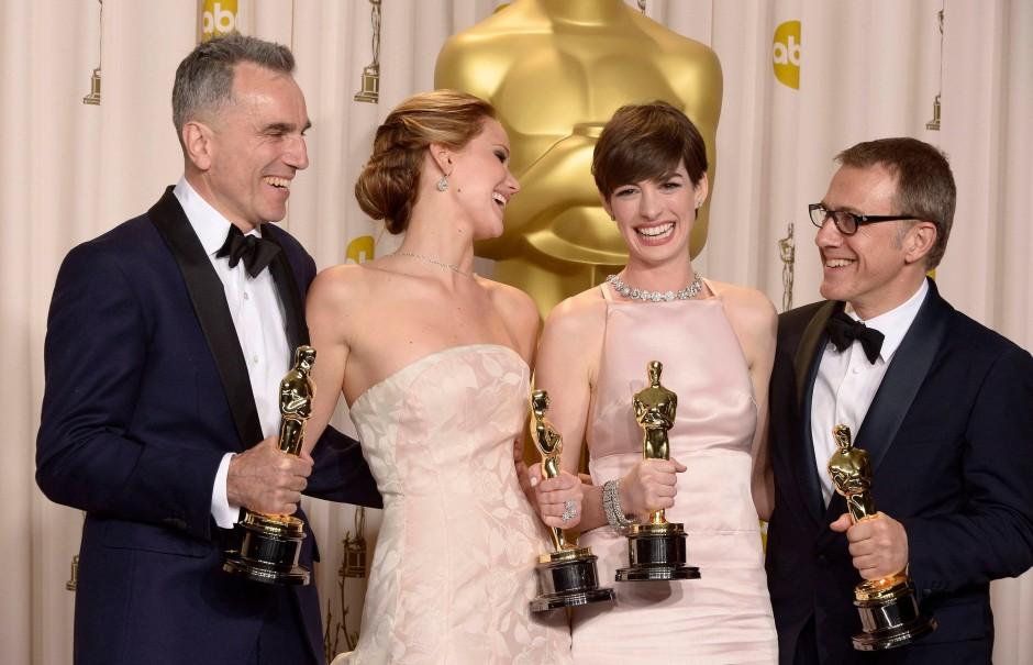 """Waltz (r.), hier mit Daniel Day-Lewis, Jennifer Lawrence, Anne Hathaway, bekam für seine Rolle in """"Django Unchained"""" den zweiten Oscar seiner Karriere."""