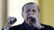 Ein Mann, eine Faust: Der türkische Staatspräsident am Tag nach dem Referendum in Ankara