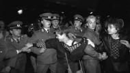 Erhöhte Gefechtsbereitschaft: Bei der Feier zum 40. Geburtstag der DDR am 7. Oktober 1989 in Berlin ging die Volkspolizei massiv gegen Demonstranten vor