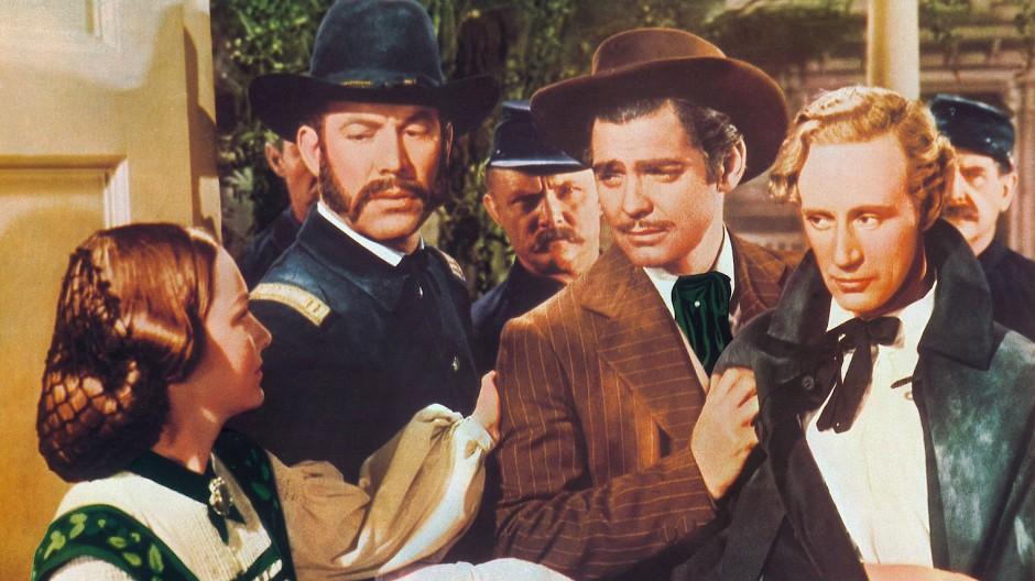 """Mit Clark Gable, Leslie Howard und anderen 1939 in einer Szene aus """"Vom Winde verweht"""""""