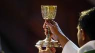 Was geschieht wirklich bei der Wandlung in der katholischen Eucharistiefeier? Manche denken, Ambivalenz könnte bei der Antwort helfen.