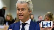 Wie es geht: Vor einer Gerichtsverhandlung Ende Oktober zeigt Geert Wilders ein Bild der Fotografen, die ihn fotografiert haben.