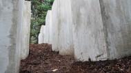 Vierundzwanzig betongraue Stelen im Bornhagener Mulch: die Installation im Nachbargarten des Eichsfelder Anwesens von Björn Höcke