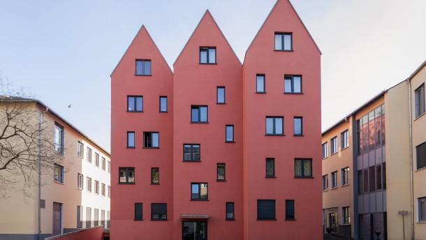 Neubauten in Sachsenhausen - Im Frankfurter Apfelweinviertel sind schöne Bauten entstanden (Paradiesgasse 13 und Große Rittergasse 101), während nebenan ein gotisches Haus (Paradiesgasse 15-17) verfällt.