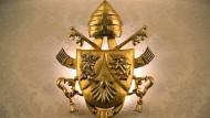 Das Wappen der Päpste, hier an einer Wand des päpstlichen Sommersitzes in Castel Gandolfo bei Rom.