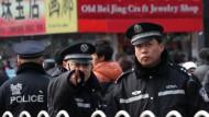 Wachsame Polizisten in der Wangfujing-Straße