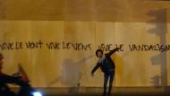 """Auch wenn es brennt, malen die Franzosen noch Poesie an die Wand: eine Szene aus der großartigen Serie """"Nous serons ouverts après la révolution"""" der Fotografin Eva-Maria Lopez."""